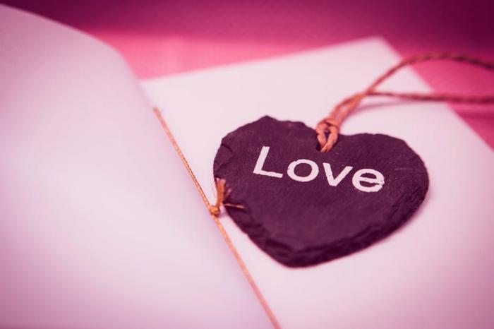 wir Grüße zum Valentinstag zu geben mit einem selbstgemachten Herz mit den Worten Liebe