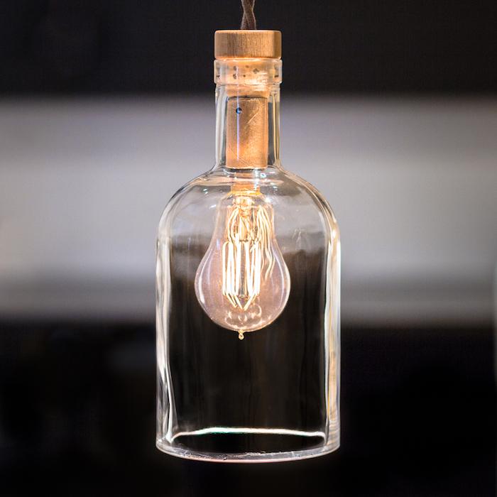 eine kleine hängelampe aus einer durchsichtigen flasche und mit einer gelben glühbirne - flaschenlampe selber bauen