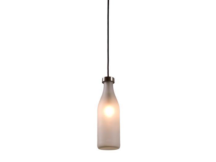 eine weiße hängelampe aus einer weißen glasflasche - flaschenlampe selber bauen