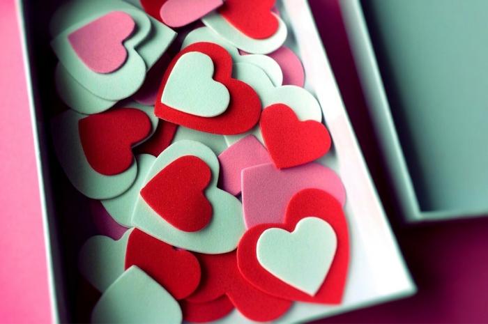 eine weiße Schachtel Grüße zur Valentinstag - kleine Valentinskarten in der Form von Herzen