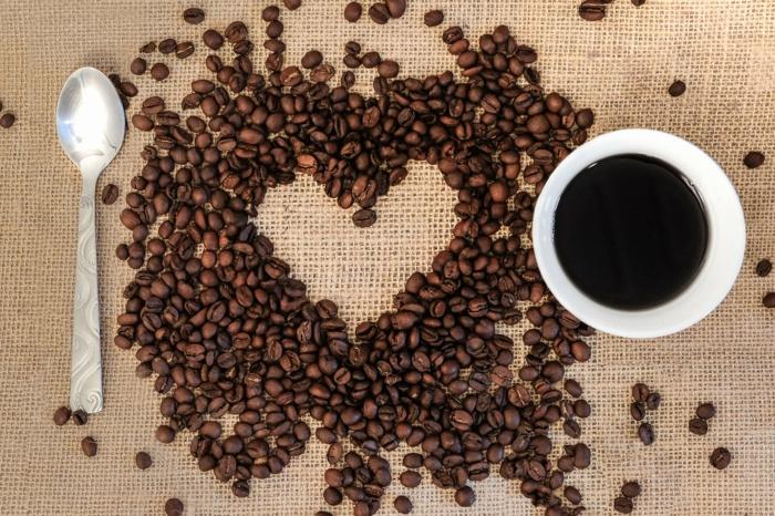 Kaffeebohnen wie ein Herzchen geformt - Grüße zum Valentinstag