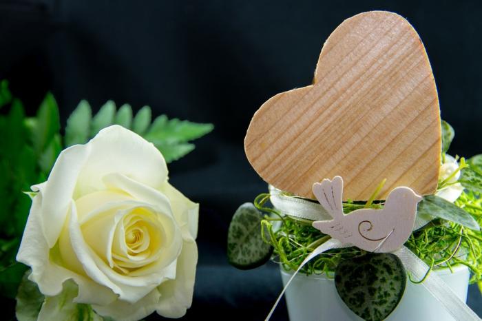 Liebesbilder für Sie - Valentinstag Deko, eine Figur von Taube auf weißen Blumentopf mit einem Herz