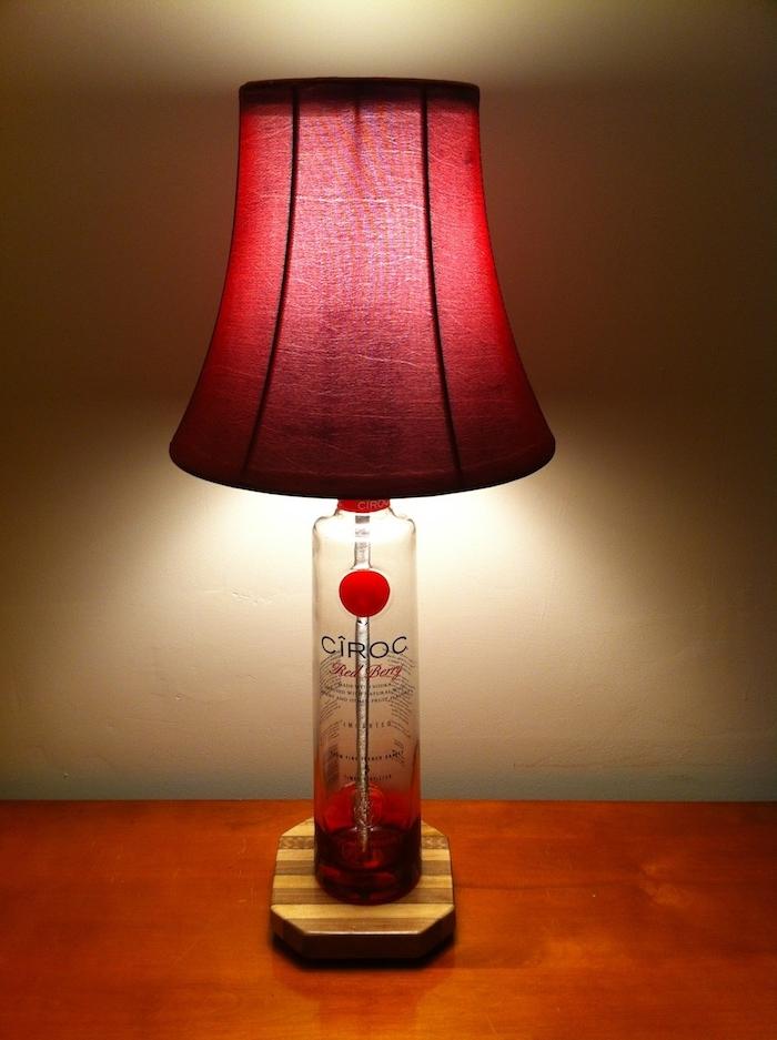 lampe mit flaschen selber bauen - eine rote diy lampe mit einer durchsichtigen flasche