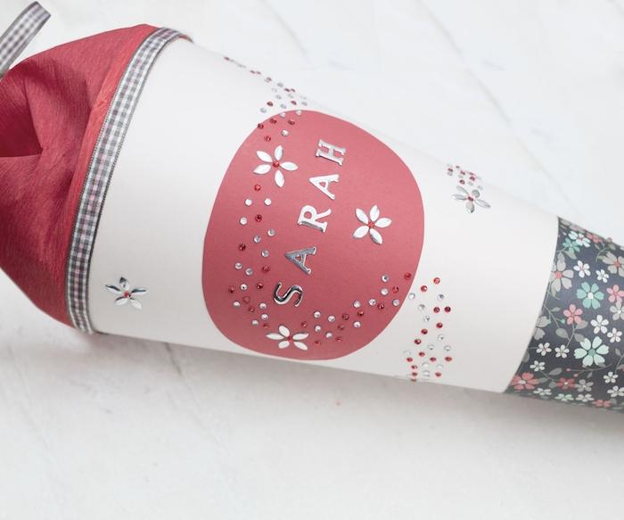 eine schultüte füllen - eine weiße schultüte mit vilen kleinen weißen, blauen, grünen und roten blumen