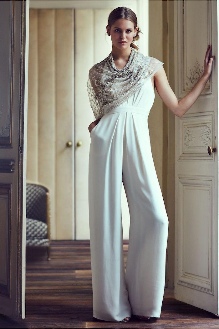 schönes overall damen design silberne kette schall oder deko zum outfit mode für göttinnen altgriechischer style