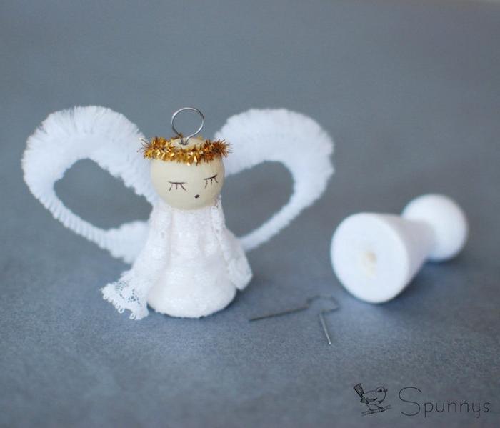 en kleiner weißer engel mit zwei weißen flügeln und schwarzen augen - basteln engel