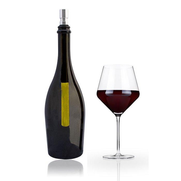 eine flasche wein und ein glas rotwein - eine flaschenlampe selber bauen