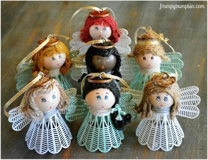 kleine engel mit weißen und grünen federn aus alten federbällen und mit blauen augen - engel basteln mit kindern