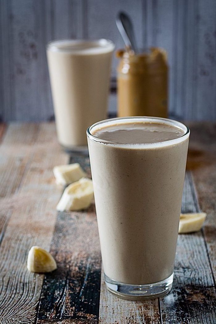 protein shake selber machen, selbstgemachtes eiweißgetränk mit bananen und erdnussbutter