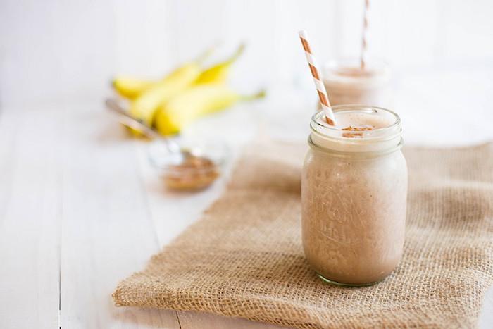 eiweißshake rezept, selbstgemachte eiweißgetränke mit bananen und mandeln