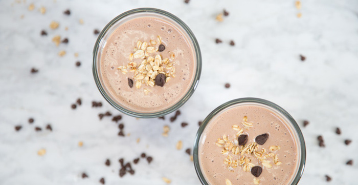 eiweißshake rezept, selbstgemachte proteingetränke mit kakao und müsli