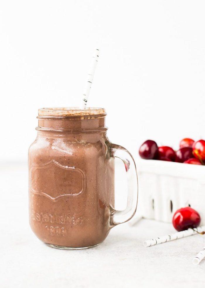 eiweißshake rezept, selbstgemachtes protein shake mit kirschen und kakao