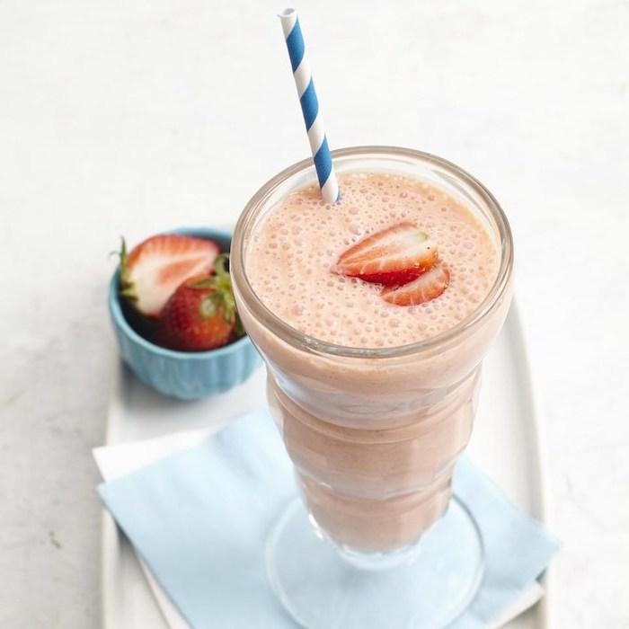 eiweißdrink mit erdbeeren und milch, protein shakes aus natürlichen zutaten