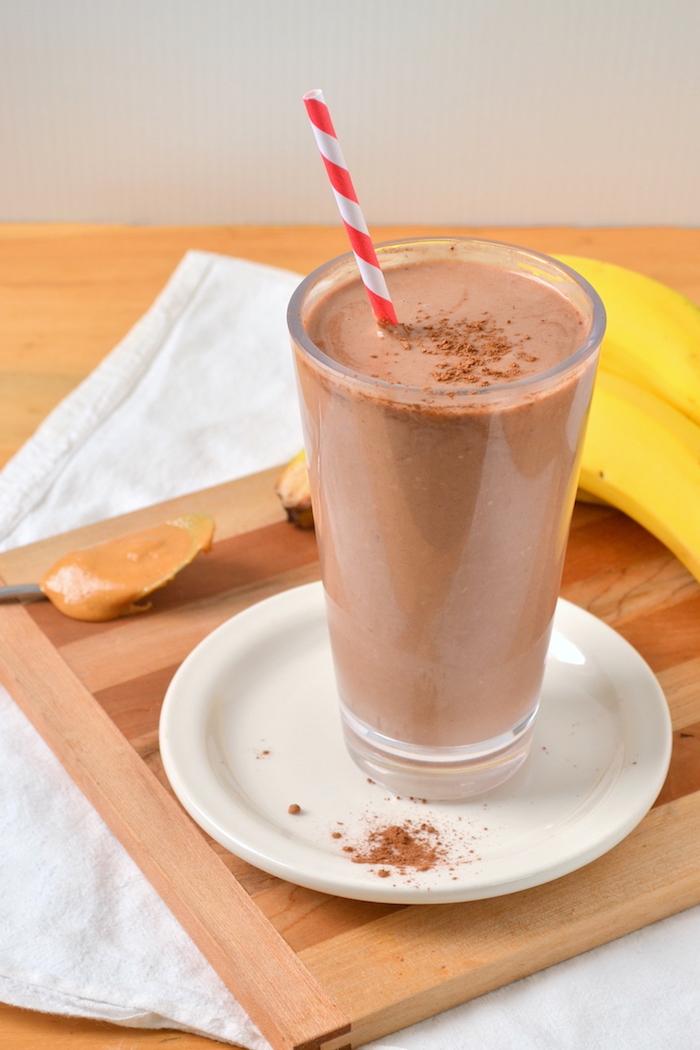 eiweißdrink mit kakao, erdnussbutter und zimt, gesund essen