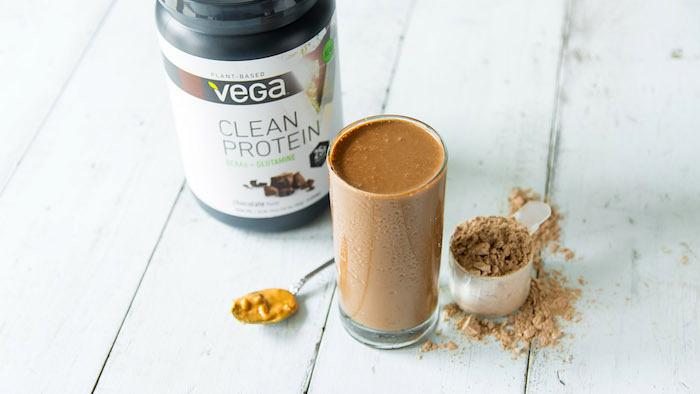 eiweißdrink mit getrocknetem protein und erdnussbutter, gesund leben