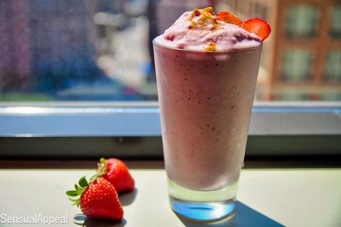 shakes zum zunehmen selber machen, shake mit erdbeeren und zimt
