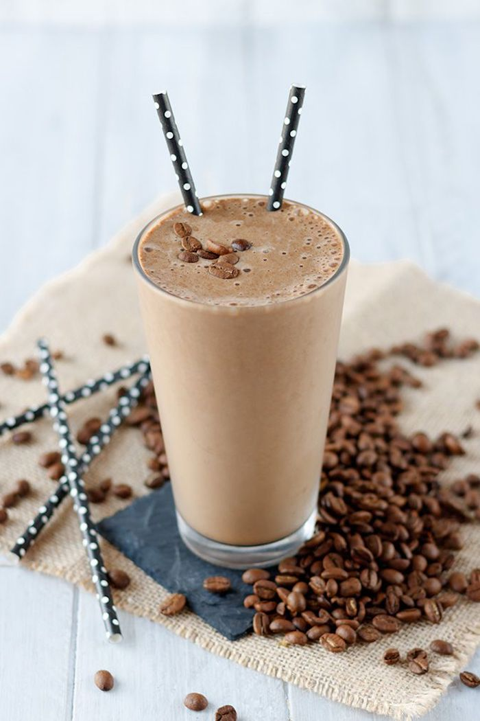 protein shake rezept mit kaffee, mandelmolch und bananen, kaffeebohnen