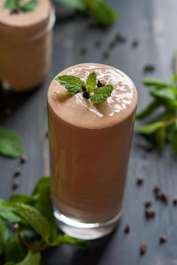 eiweißshake selber machen, shake mit erbsenpulver, erdnussbutter und pfefferminze