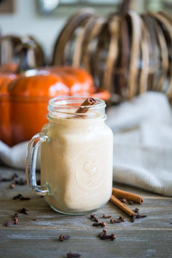eiweißshake selber machen, protein shake mit süßer kartoffel, zimt und erbseneiweiß