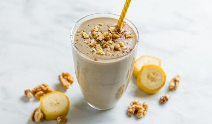 eiweißshake selber machen, shake mi bananen, walnüssen und proteinpulver