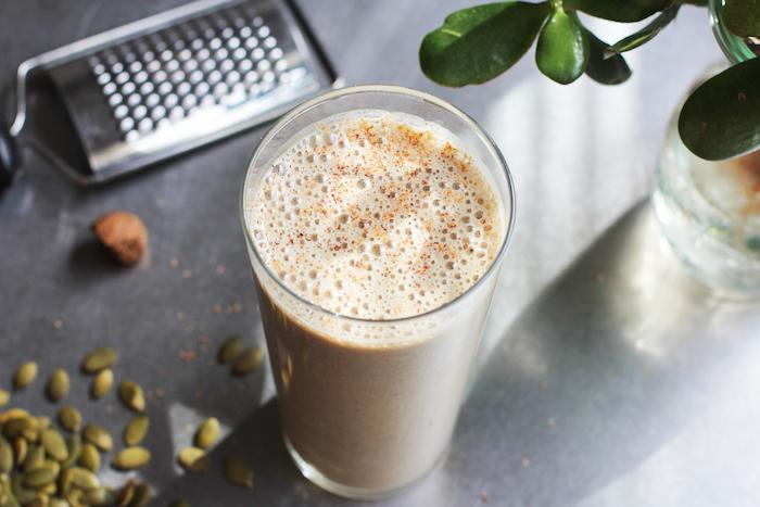 eiweißshake selber machen, selbstgemachter protein shake mit kprbissamen, milch und erbsenprotein