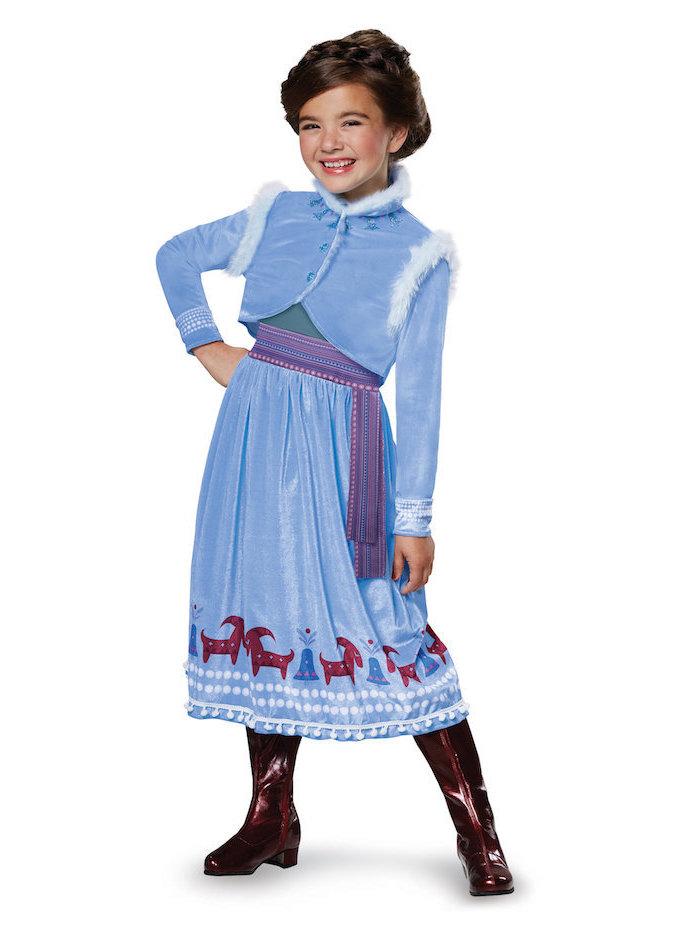 Elsa Kostüm für Fasching, hellblaues Kleid mit Pelz Elementen und Applikationen, dunkelblaue Stiefel