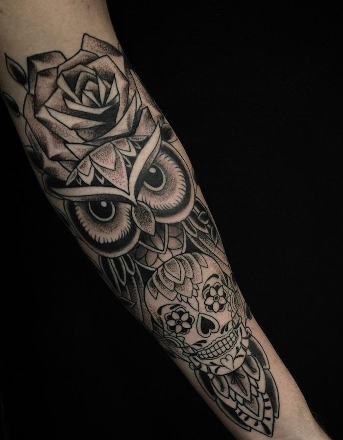 eulen tattoo in schwarz und grau, eule mit rose und schädel