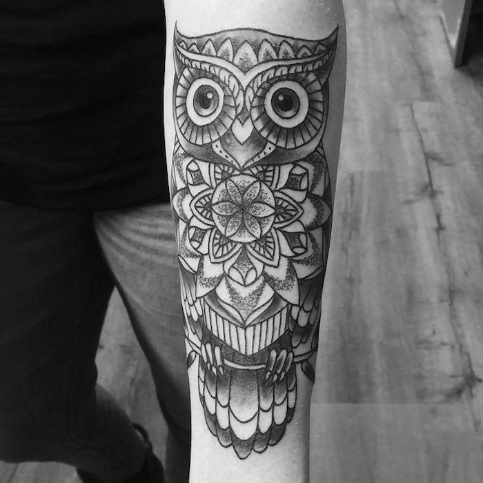 eulen tattoo am unterarm, eule mit geometrischen elementen