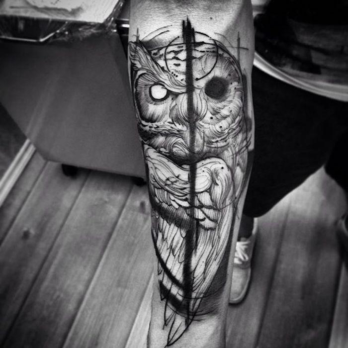 eulen tattoo am unterarm, tätowierung mit vogel-motiv, mann