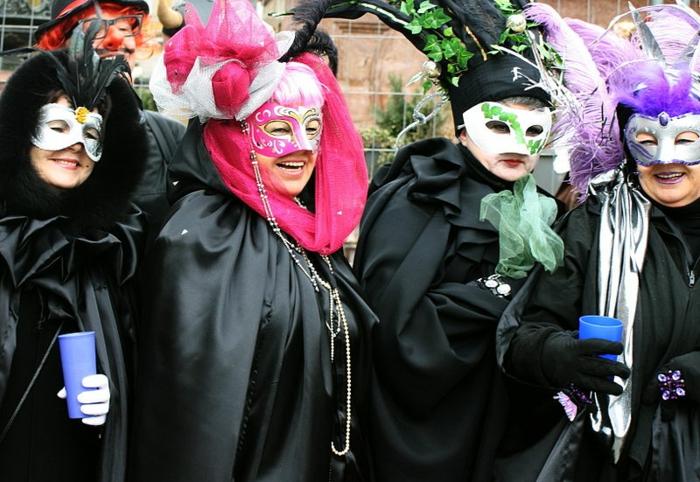 klassische Fastnachtkostüme für Frauen schwarze Feen schwarzer Umhang mit großem Plissee-Kragen, weiße Karnevalmaske mit Ornamenten