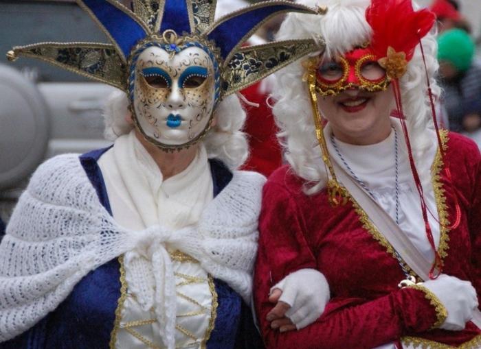 Inspiration aus dem Karneval in Venedig - blaue Fee mit weißem Schal und weißen Haaren, rote Fee mit weißer Bluse