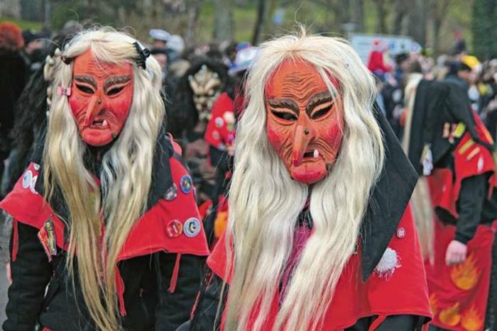 Traditionelle Faschingskostüme Ideen böse Hexen mit vielen Falten auf dem Gesicht und langen weißen Haaren