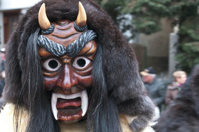 schreckliche Faschingskostüme Ideen böses Wesen, Holzmaske mit großen Hundenzähnen und zwei Hörnern, Karnevalmaske mit riesigen Augen und großen Augenbrauen