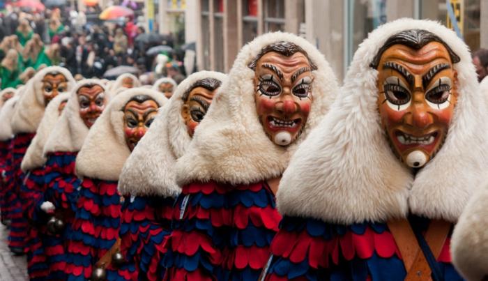 traditionelle Faschingskostüme von bösen Wesen, die den Winter vertreiben, Karnevalmasken aus Holz