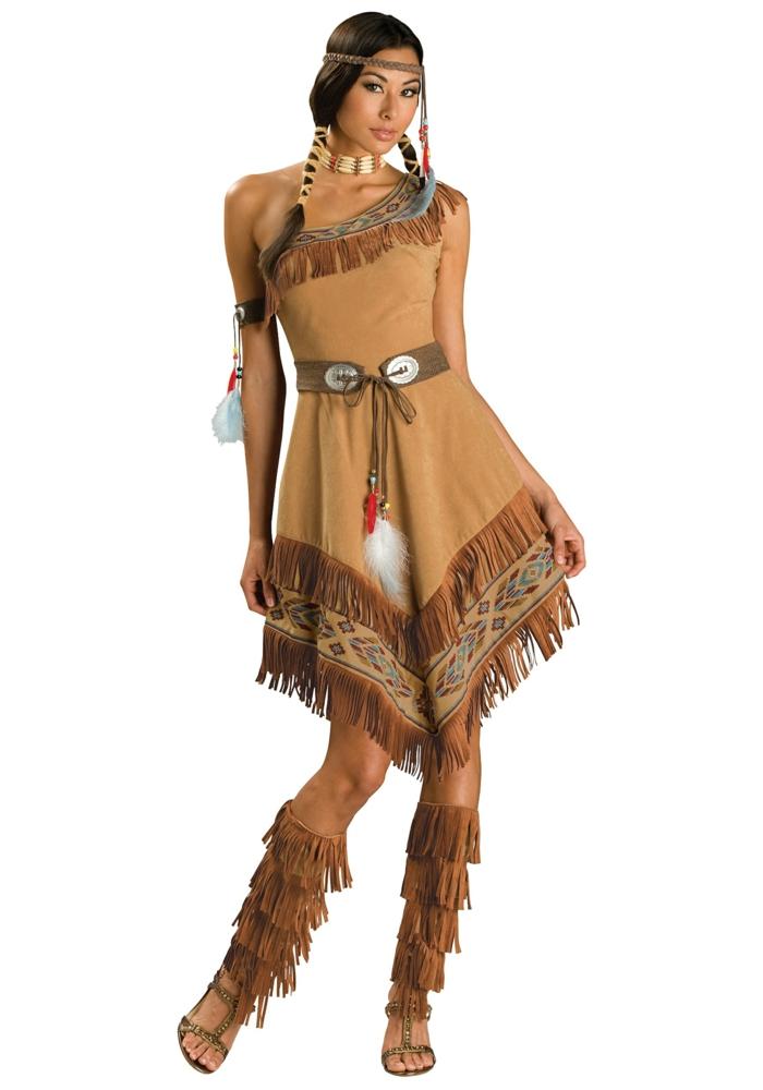 Pocahontas mit braunem Indianer-Kleid mit Troddeln und Applizierungen braune Riemensandale mit Troddeln Flechtfrisur mit Haarschmuck