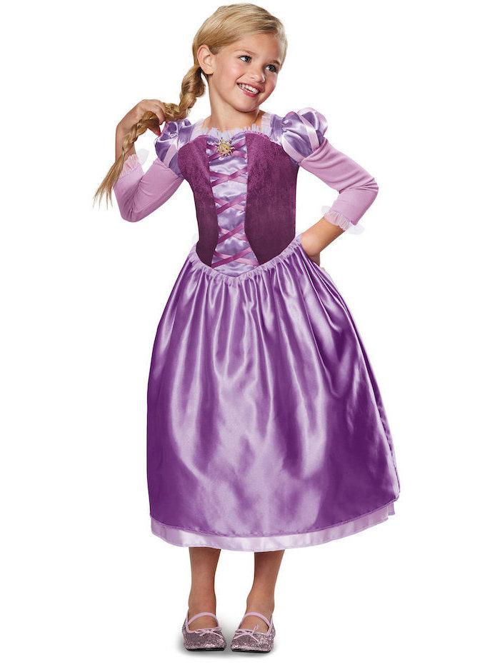 Rapunzel Kostüm für Fasching, lila Kleid aus Satin und Glitzer-Schuhe, langer Zopf