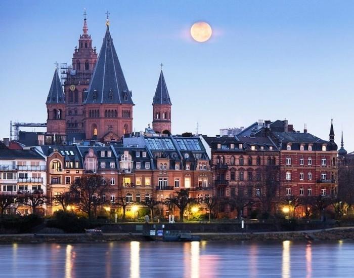 beliebte urlaubsziele in deutschland eine kleinstadt zum besuchen universitätsstadt mainz fluss aussicht aus dem wasser architektur häuser vollmond abend beleuchtung