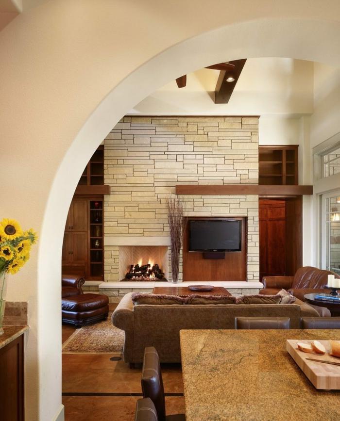 ein rosa Zimmer mit Wand Steinoptik, mit Leder gepolsterte Sessel und Couch