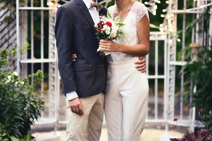 jumpsuit kurz oder lang ein elegantes paar mann und frau auf ihre hochzeitsfeier schöner blumenstrauß damenmode