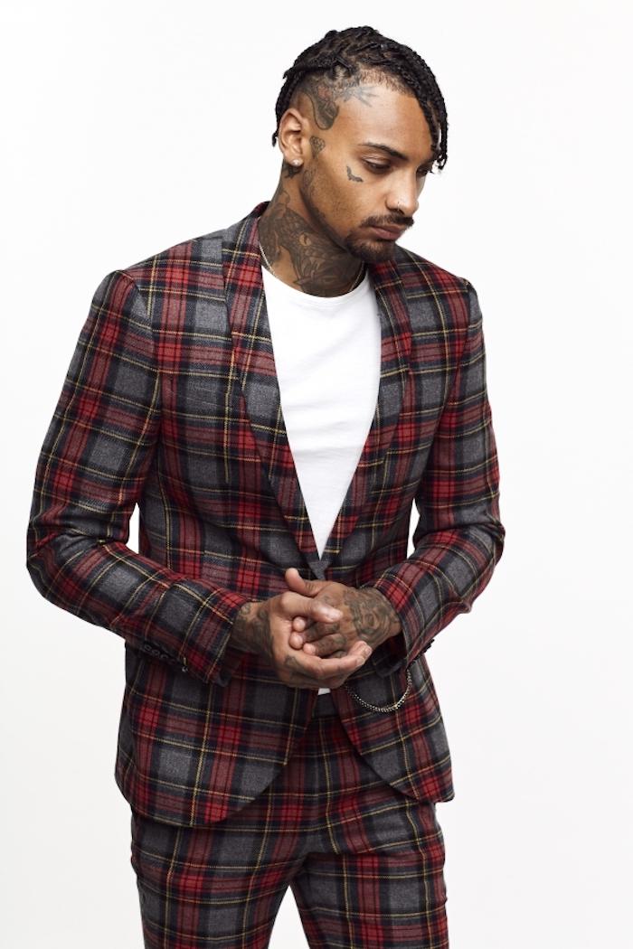 Model männer moder männer anzug in grau und rot kariert mit weißes t-shirt tattoos tattoo am gesicht