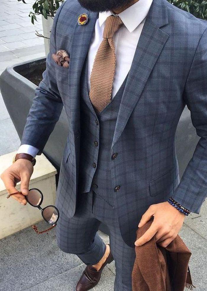 hipster bart und männer anzug kariert sonnenbrille in braun brauner blazer dunkle schuhe elegante krawatte