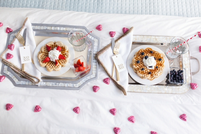 Frühstück im Bett zum Valentinstag, belgische Waffeln mit Sahne, Erd- und Blaubeeren, kleine Schokoladen Herzen