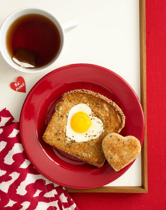 Romantisches Frühstück zum Valentinstag servieren, French Toasts und Tee, herzförmiges Ei