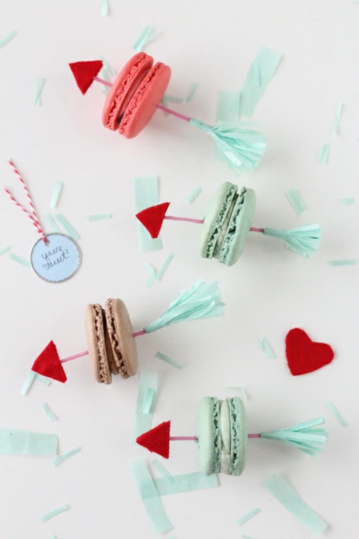 Bunte französische Macarons mit Pfeilen, Geschenkidee zum Valentinstag für Männer, süße Überraschung