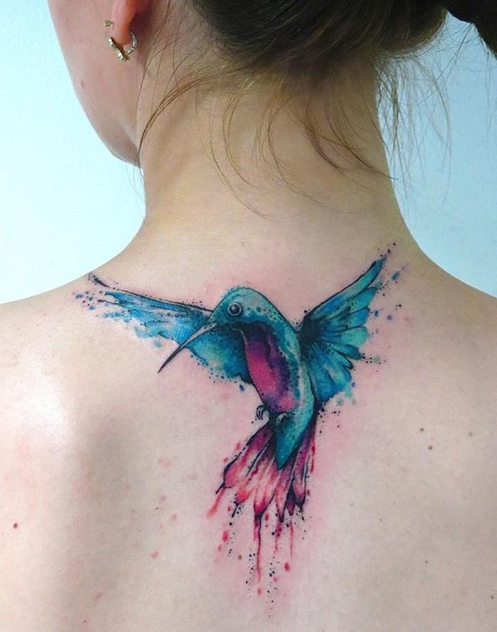 frau mit kolibri tattoo am rücken, farbige tätowierung mit vogel-motiv