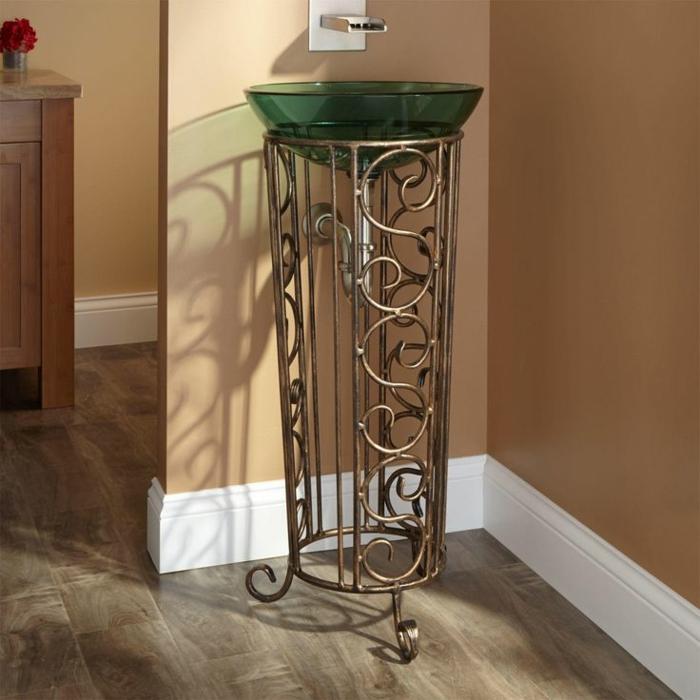 kleines freistehendes Waschbecken aus Edelstahl und farbigen Glas in grüner Farbe, Badezimmer mit Laminatboden in Grau-Braun, Schwfank mit einer roten Blume darau