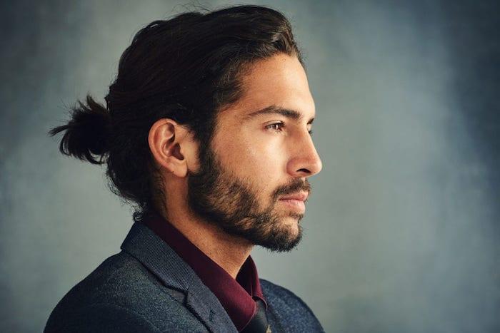 frisur lange haare, mann mit langen haaren, männerdutt, business outfit