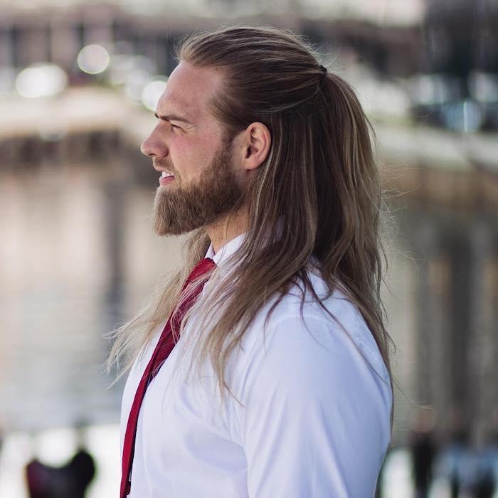 frisur lange haare, mann mit langen haarne mit blonden strähnen, halber pferdeschwanz