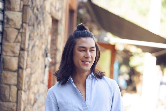 frisur lange haare, mann mit schwarzen haaren, halber dutt