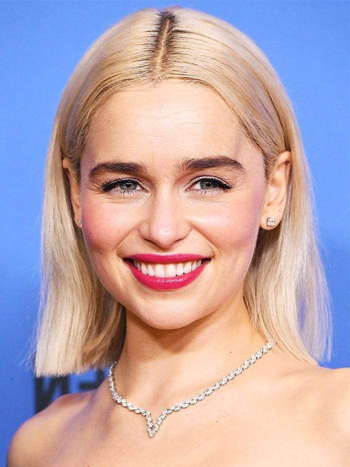 frisuren 2019 mittellang, gerade geschnittene haare, haarfarbe platinblond, make up mit rosa lippenstift